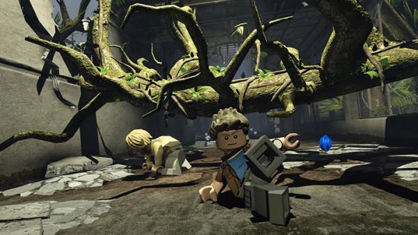 Screenshot: zwei Abenteurer schlittern unter einem Baumstamm hindurch
