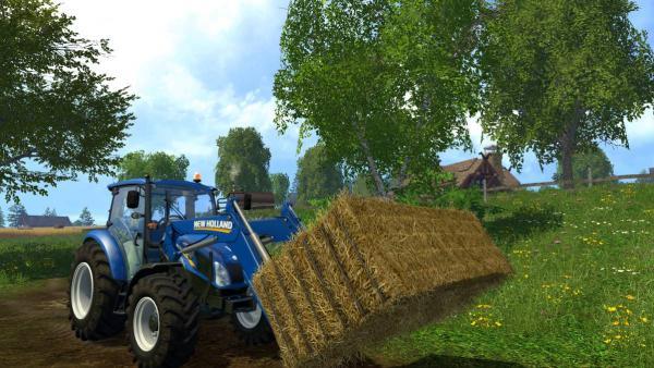 ein blauer Traktor stapelt Heuballen
