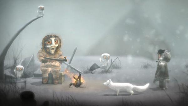 Das Mädchen und der Polarfuchs hören in einer Schneelandschaft einem Wesen zu. Um sie herum sitzen Schneeeulen.