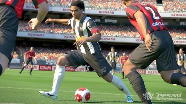 """Screenshot 2 von """"PES 2014"""" mit dribbelndem Fußballer"""