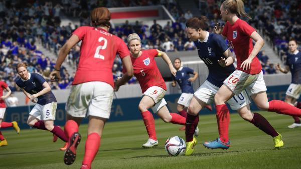 Screenshot: Drei Verteidigerinnen der Englischen Frauen-Nationalmannschaft verteidigen gegen eine ballführende Französin