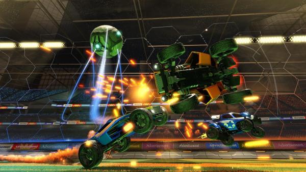 Screenshot: Zwei Autos kollidieren, als sie in der Luft beide den Ball annehmen möchten