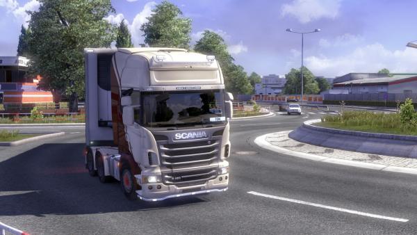 """Frontalansicht einer weißen Zugmaschine der Marke """"Scania"""" mit Anhänger in der Spielegrafik"""