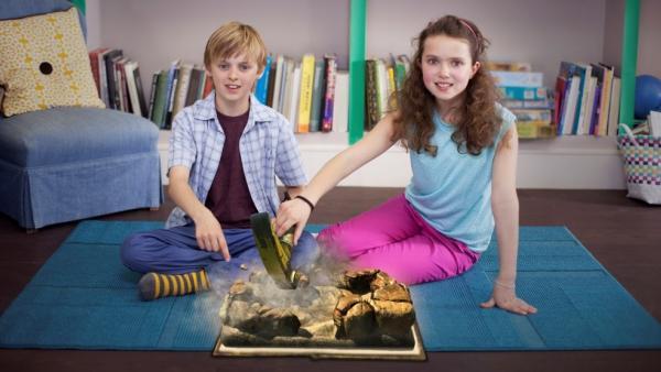 Zwei Spielende beim Ausgraben von archäologischen Funden