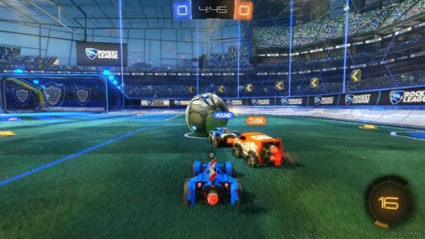 Screenshot: Drei Autos jagen einem Ball hinterher