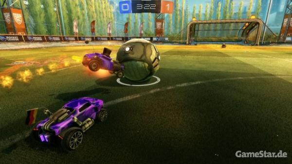 Screenshot: Ein mit Nachbrenner ausgerüstetes Auto nimmt den Ball an