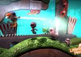 Spielfiguren springen auf einer Ranke herum