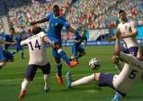 Ein Fussballspieler wird von drei Verteidigern attackiert