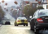 Einige Rennautos fahren durch die Stadt