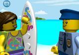 Screenshot: Der Polizist unterhält sich mit einer Surferin am Strand.