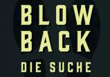 """Cover: Der Schriftzug """"Blowback Die Suche"""" vor zwei Schuhabdrücken auf dunklem Hintergrund."""
