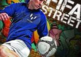 Ein Spieler kickt einen Fußball.