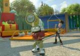 Ein Roboter hebt eine schwere Tonne über den Kopf, in Hintergrund steht der Cowboy Woody.