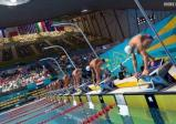 Schwimmer vor dem Start am Stockerl