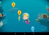 Das Mädchen Alice taucht im Meer und sieht unterschiedliche Meeresbewohner