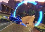 Sonic fliegt in einem geflügelten Auto durch einen blau leuchtenden Ring.