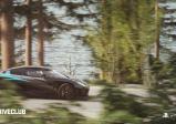 Ein Rennauto rast über einen Waldweg
