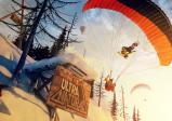 Screenshot: Ein Paragleiter, ein Snowboarder und ein Skifahrer springen über eine künstliche Schanze