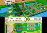 Screenshot: ein Feld mit künstlicher Bewässerung und dahinter Ställe und Tiere