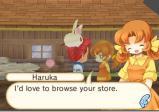 eine Frau mir orangebraunen Haaren meint, sie freut sich darauf, den Laden zu besuchen