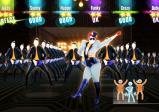 Screenshot: eine Tänzerin und dahinter viele Tänzer
