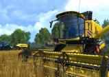 ein gelber Mähdrescher erntet Weizen; im Hintergrund sammelt ein blauer Traktor Heu