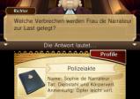 Screen oben: Richter und Textblase, Screen unten: Eintrag der Polizeiakte