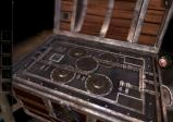 """Screenshot von """"The Room Two"""" mit einer Truhe und Drehmechanismen"""