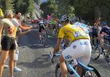 Bergauffahrt in der Gruppe mit vielen anderen Fahrern. Fans stehen sogar auf der Straße und feuern an
