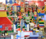 Blick in eine Stadt aus Lego gebaut