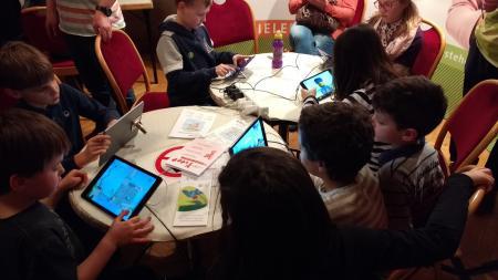 Kinder beim Spielen am Tablett