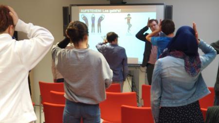 Jugendliche machen Bewegungsübungen