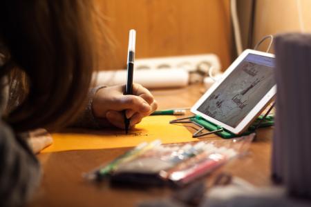 Frauenhand mit Stift schreibt auf Papier
