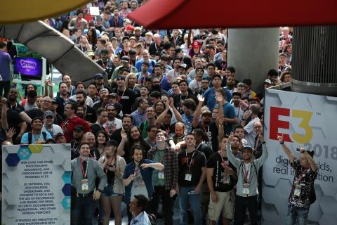 Menschenmenge vor dem Eingang zur E3