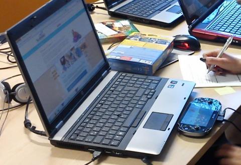 Ein Laptop mit Arbeitsmaterialien