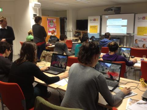 Gruppe von Erwachsenen testet digitale Spiele