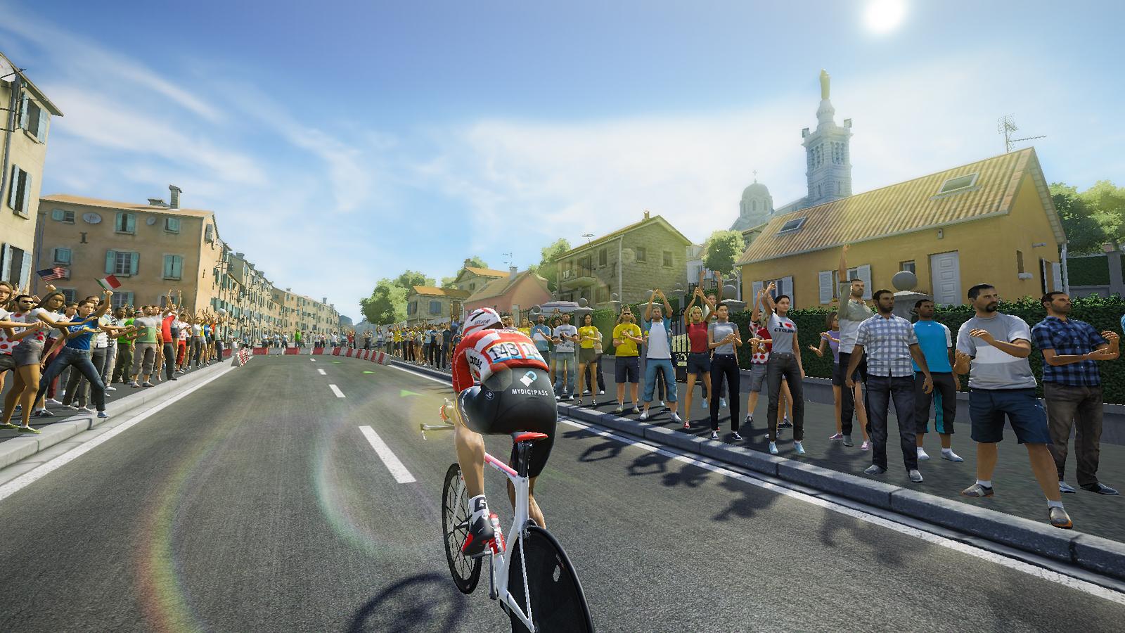 Radfahrer auf einer Strecke durch die Stadt, viele Fans auf der Seite
