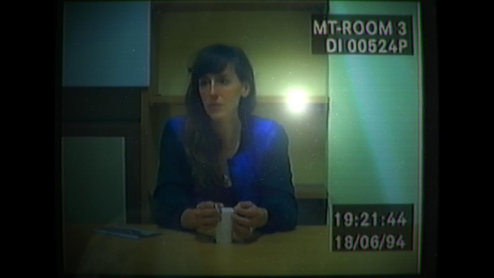 Screenshot: Die Frau des Ermordeten wird verhört